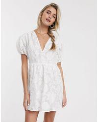 Skylar Rose Приталенное Чайное Платье С Фактурным Цветочным Рисунком -белый