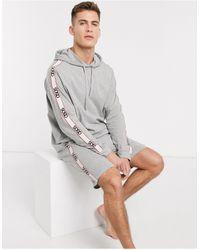 ASOS – meliertes Pyjama-Set mit Shorts und Oversize-Kapuzenpullover mit Logo-Band - Grau