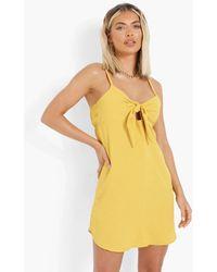 Boohoo Minivestido Con Vuelo Con Nudo Delantero - Amarillo