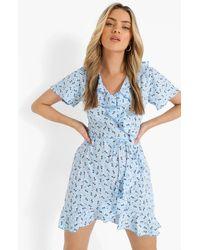 Boohoo Vestido De Tarde Cruzado De Tela De Flores Con Volante - Azul