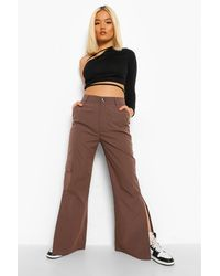 Boohoo Pantalones Acampanados De Camuflaje Con Abertura En El Bajo Petite - Marrón