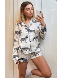 Boohoo Conjunto De Pijama Con Pantalones Cortos Y Manga Larga De Cebra De Satén - Blanco