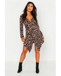 Boohoo Vestido Cruzado Con Detalle De Botones Y Estampado De Leopardo Petite - Marrón