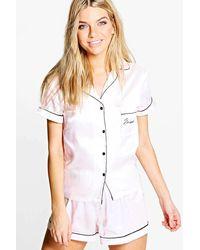 Boohoo Set in raso con T-shirt con ricamo bridesmaid e pantaloncini - Neutro