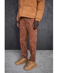 BoohooMAN Lockere Jeans mit Print - Braun