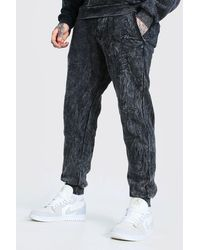 BoohooMAN Regular Fit, überfärbte Jogginghose mit MAN-Schriftzug - Grau