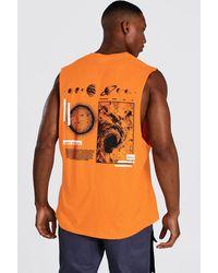 BoohooMAN Vesttop in Übergröße mit Weltall-Motiv auf dem Rücken - Orange