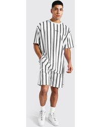 BoohooMAN Übergroßes Man Set mit gestreiftem T-Shirt und Shorts - Weiß