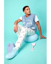 BoohooMAN Lockere Jeans mit Man Print - Blau