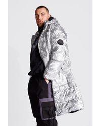 BoohooMAN Big & Tall Longline-Puffer mit Camouflage-Print in Metallic-Optik - Mettallic
