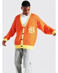 BoohooMAN Oversize gespleißter Strick-Cardigan mit Gothic B - Orange