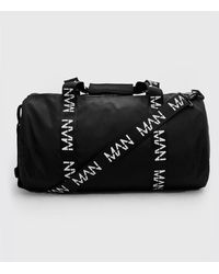 BoohooMAN Tonnenförmige Tasche mit MAN-Print und Riemen - Schwarz