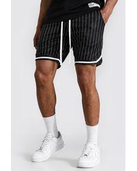 BoohooMAN Airtex Nadelstreifen Basketball-Shorts mit Streifen - Schwarz