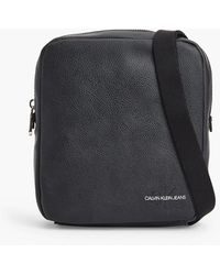 Calvin Klein Crossbody Bag aus recyceltem Material - Schwarz