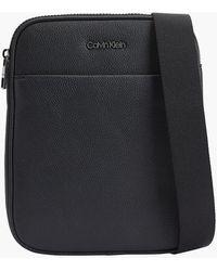 Calvin Klein Flache Crossbody Bag aus recyceltem Material - Schwarz