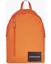Calvin Klein Runder Rucksack aus recyceltem Polyester - Orange