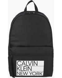 Calvin Klein Runder Rucksack aus recyceltem Polyester - Schwarz