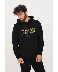 Versace Jeans Couture - Felpa uomo nero con cappuccio e ricamo logo oro frontale - Lyst