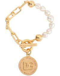 Dolce & Gabbana BRACCIALE IN OTTONE CON MEDAGLIA E PERLE - Metallizzato