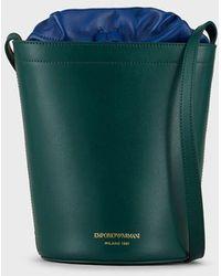 Emporio Armani Bolso cubo de bandolera de piel graneada - Verde