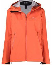 Arc'teryx Chaqueta con capucha y logo estampado - Naranja