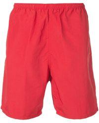 Supreme Pantalones cortos de deporte con logo arqueado - Rojo