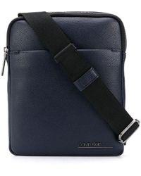 Calvin Klein Kuriertasche mit Logo-Prägung - Blau