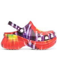 Crocs™ Zuecos con estampado tie-dye - Rojo