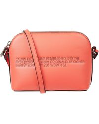 Calvin Klein Crossbody Bag in Leder-Optik mit Statement-Print - Orange