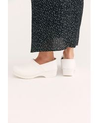 2a0756644e Free People Belmont Leather Clog in Pink - Lyst