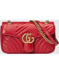 Gucci Kleine GG Marmont Schultertasche aus Matelassé - Rot