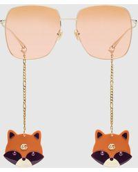Gucci - 【公式】 (グッチ)ペンダント付き スクエアフレーム サングラスゴールドトーン メタルゴールド - Lyst