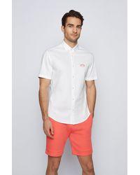 BOSS by HUGO BOSS Chemise Regular Fit à manches courtes avec logo incurvé - Blanc
