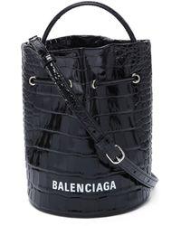 Balenciaga Sac seau en cuir effet crocodile Everyday - Noir