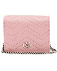 Gucci Portefeuille en cuir matelassé à chaîne GG Marmont - Rose