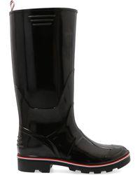 Thom Browne Stivali neri Wellington in gomma con strisce tricolore nell'intersuola e punta rialzata. - Nero