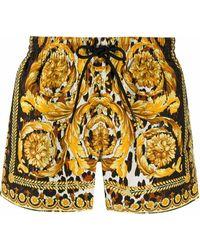Versace Badeshorts mit barockem Print - Gelb