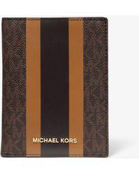 Michael Kors Reisebrieftasche Bedford Travel Medium aus Logostoff mit Streifen - Braun