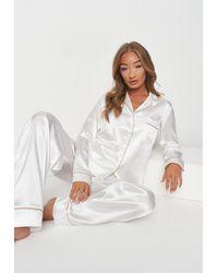 Missguided Blanc Ensemble de Pyjama en Sat Chemise à Inscription Brodée Bride et Pantalon