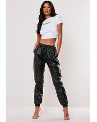 Missguided Pantalon de jogging noir en simili cuir Tall
