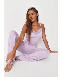 Missguided Ensemble de Pyjama Lilas à Bordures en Dentelle Top Court et Pantalon à Coupe Ample Petite - Violet