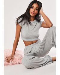 Missguided Tall Schlafanzug-Set aus Crop-Top und Hose mit weitem Bein - Grau