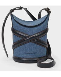 Alexander McQueen Kleine Tasche The Curve aus Denim und schwarzem Leder - Blau
