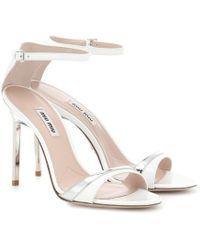 Miu Miu Sandalen aus Lackleder - Weiß