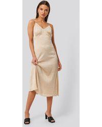 NA-KD Satin Wrinkle Dress - Naturel
