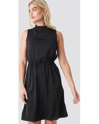 NA-KD Drawstring Waist High Neck Dress - Zwart