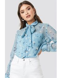 NA-KD Floral Print Sheer Pussy Bow Blouse - Blau