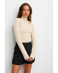 NA-KD Claire Rose X Geribde Sweater Met Gevoerde Schouders - Naturel