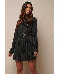 NA-KD Donnaromina x Pinstriped Zip Detail Blazer Dress - Schwarz