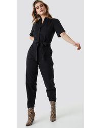 NA-KD Short Sleeve Button Up Jumpsuit - Zwart